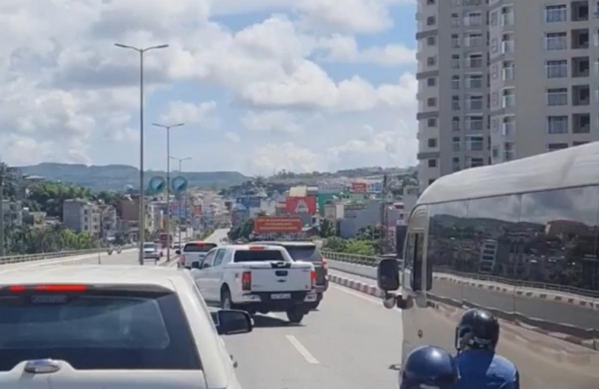 Hình ảnh 2 chiếc xe ô tô lạng lách, bám đuổi, chèn nhau trên cầu Bãi Cháy sáng ngày 16/9