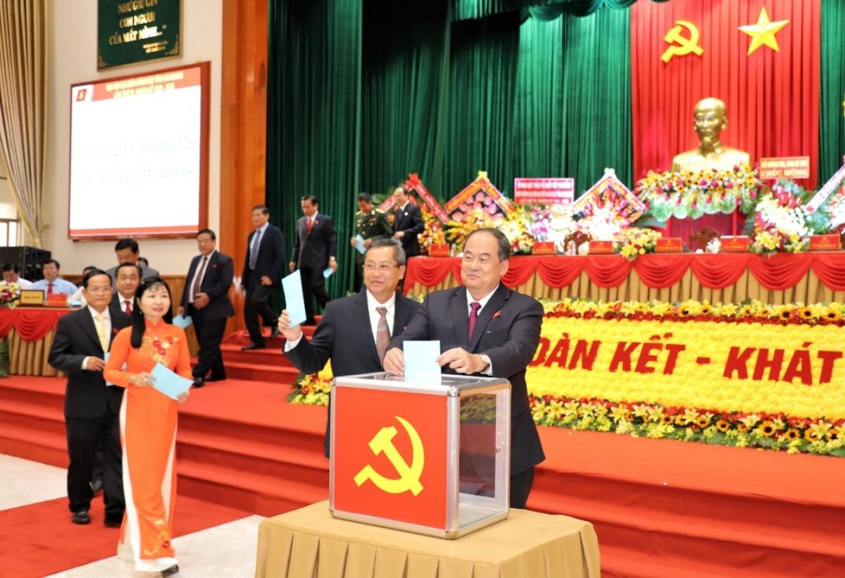 Các đại biểu bỏ phiếu bầu Ban Chấp hành