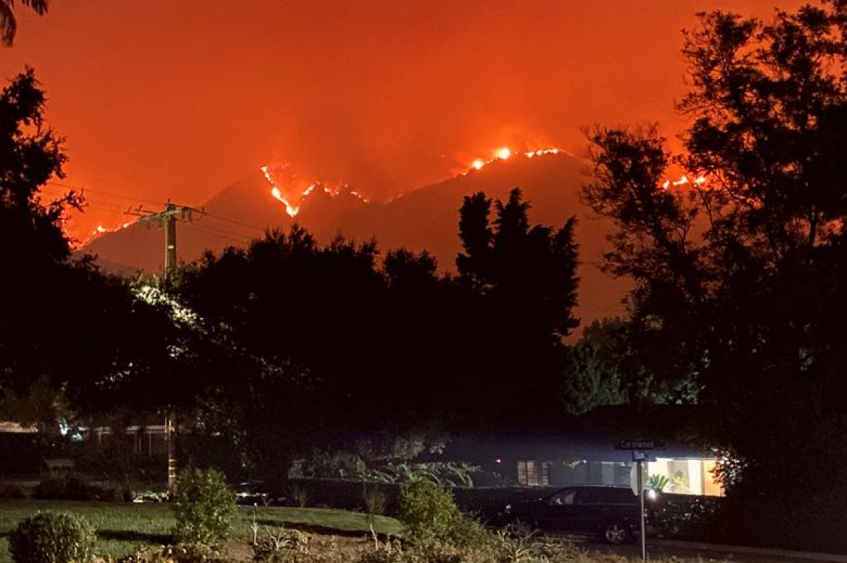 Trận cháy rừng Bobcat lan tới gần khu dân cư Sierra Madre và Arcadia ở California ngày 13/9. Ảnh: Reuters
