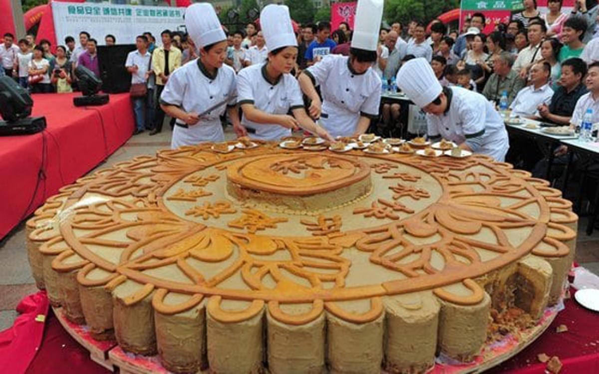 Thợ làm bánh cho biết, họ phải nấu nguyên liệu trong thời gian thích hợp với tỷ lệ phù hợp và không được sai sót. (Ảnh: People's Daily)