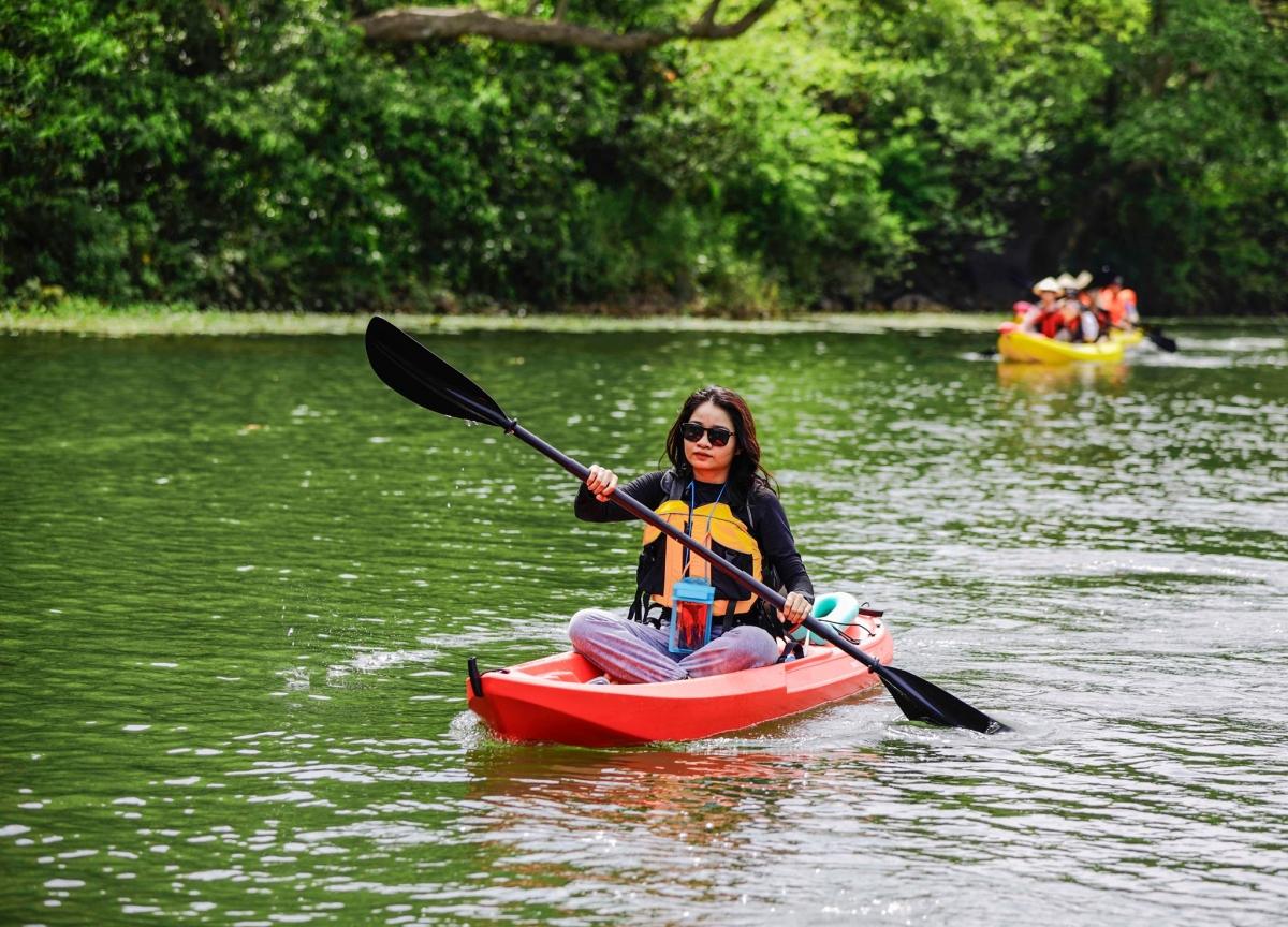Sản phẩm chèo thuyền kayak phù hợp với các du khách trẻ. Ảnh: KDL Sinh thái Tràng An