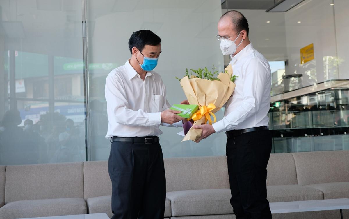 Ông Lê Trung Chinh, Phó Chủ tịch UBND thành phố tặng hoa và quà cho đoàn bác sĩ.