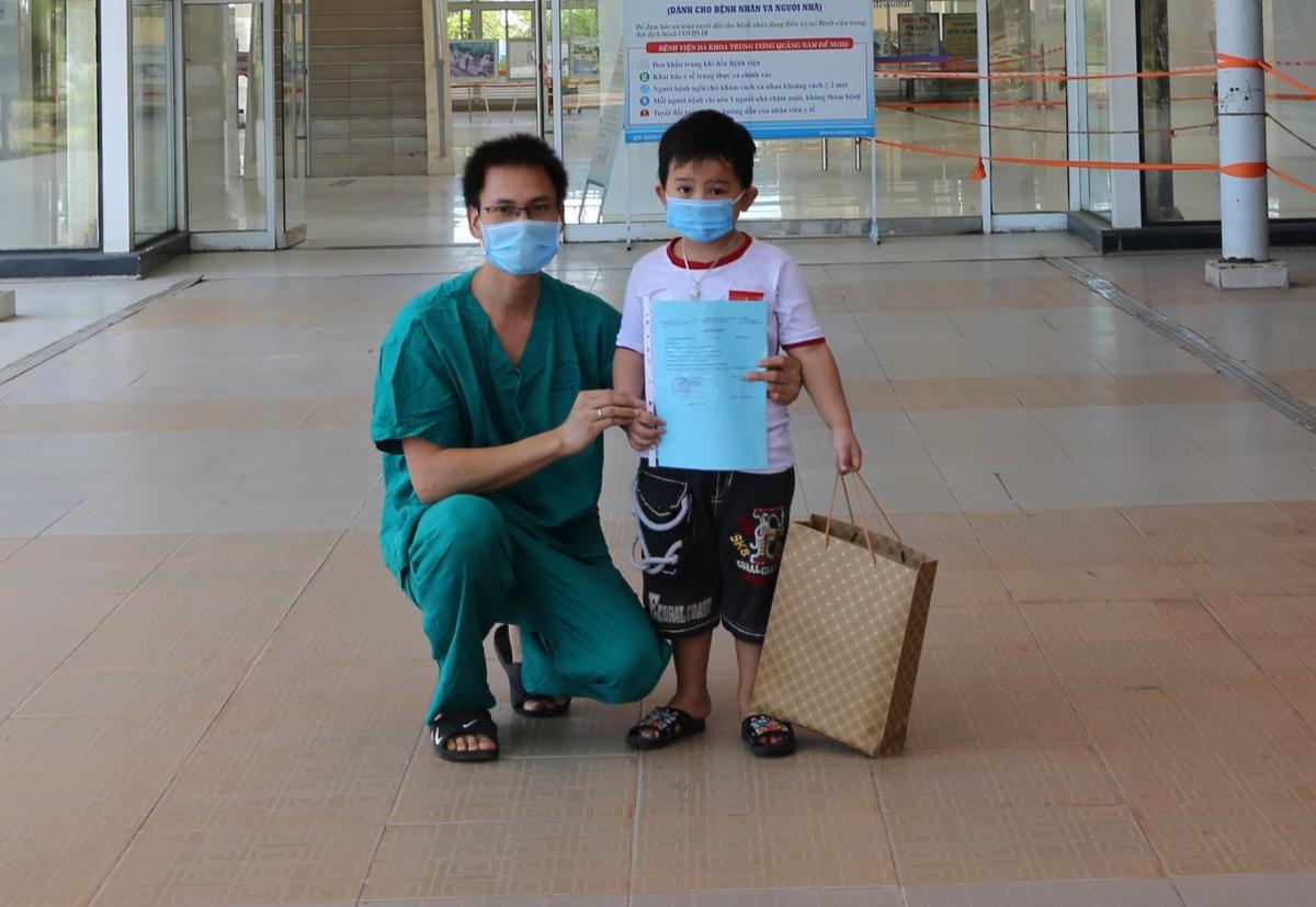Bệnh nhân được chữa khỏi Covid-19 và cho xuất viện tại Bệnh viện Đa khoa Trung ương Quảng Nam.