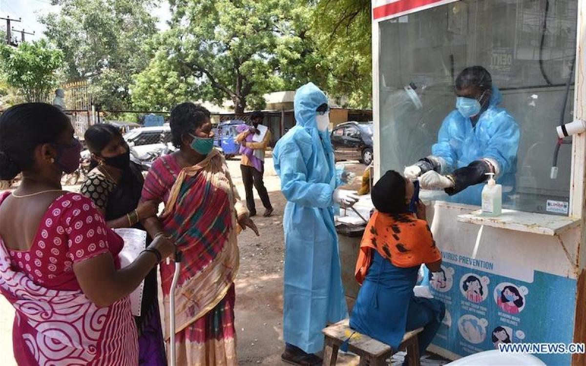 Người dân xếp hàng chờ xét nghiệm Covid-19 tại một trung tâm y tế ở thành phố Hyderabad, Ấn Độ, ngày 29-7-2020. (Ảnh: Tân Hoa xã)