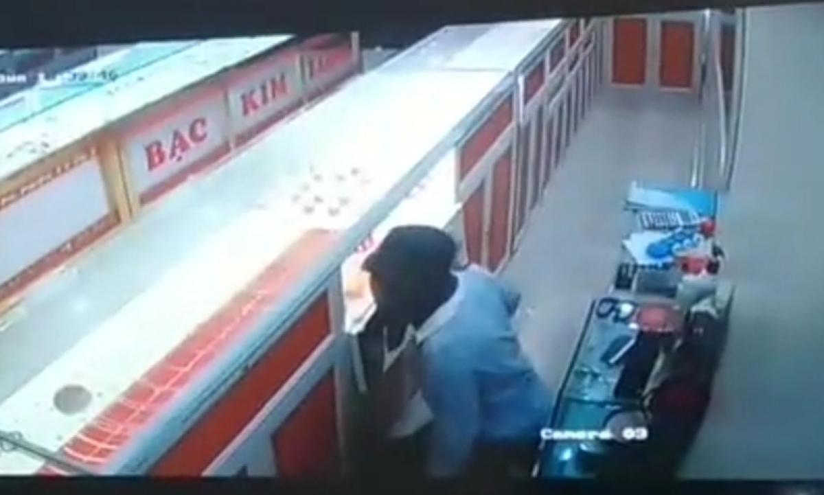 Hình ảnh nghi phạm bịt mặt đang trộm tiền, vàng của tiệm vàng.
