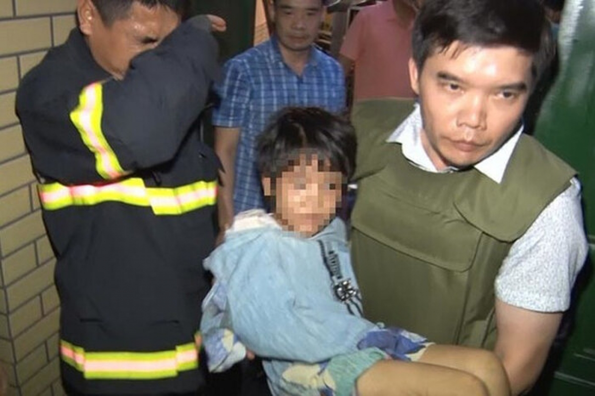 Lực lượng chức năng giải cứu cháu bé.