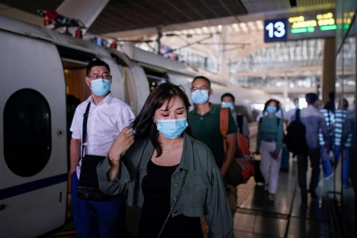 Người dân tại ga tàu ở Vũ Hán ngày 2/9. (Ảnh: Reuters)