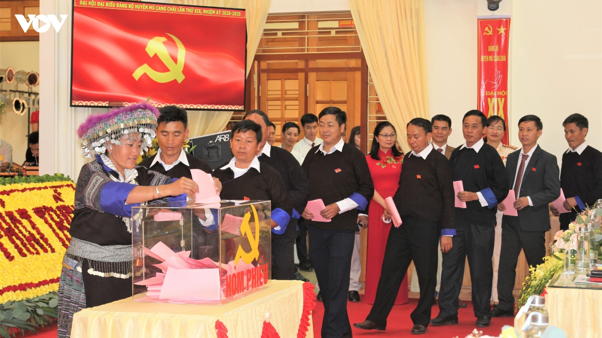Các đại biểu dự Đại hội bầu Ban chấp hành và bầu trực tiếp Bí thư tại Đại hội Đảng bô huyện Mù Cang Chải.