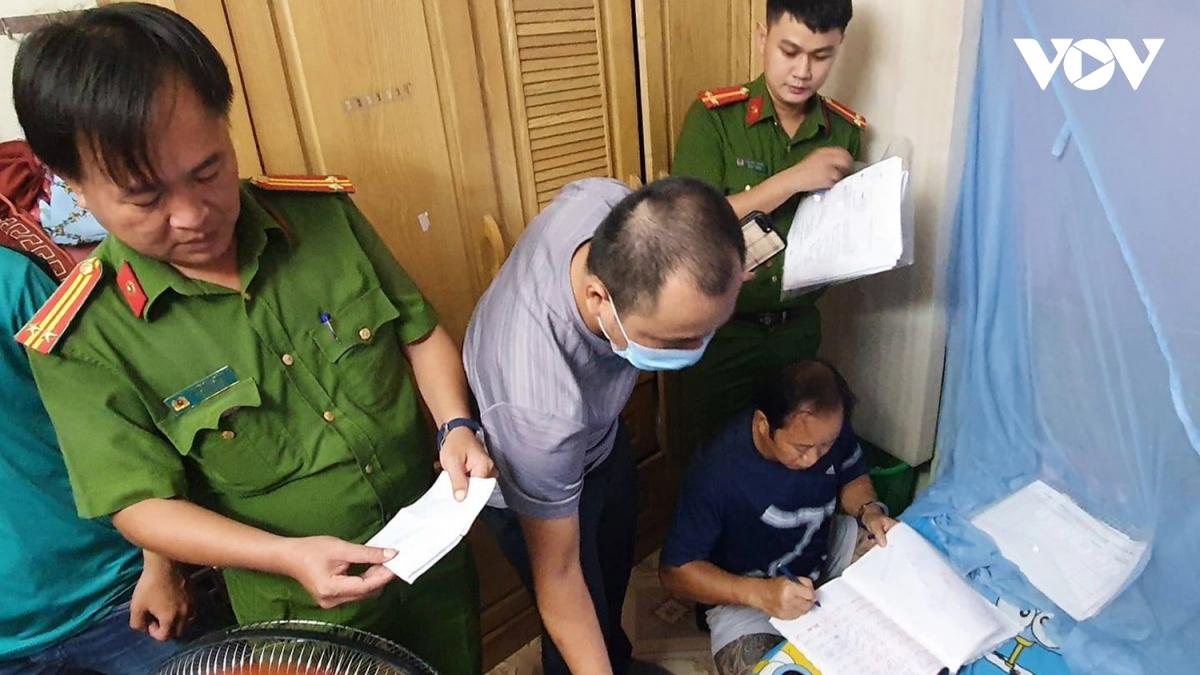 Lực lượng Công an kiểm tra tài khoản và dữ liệu trên máy tính