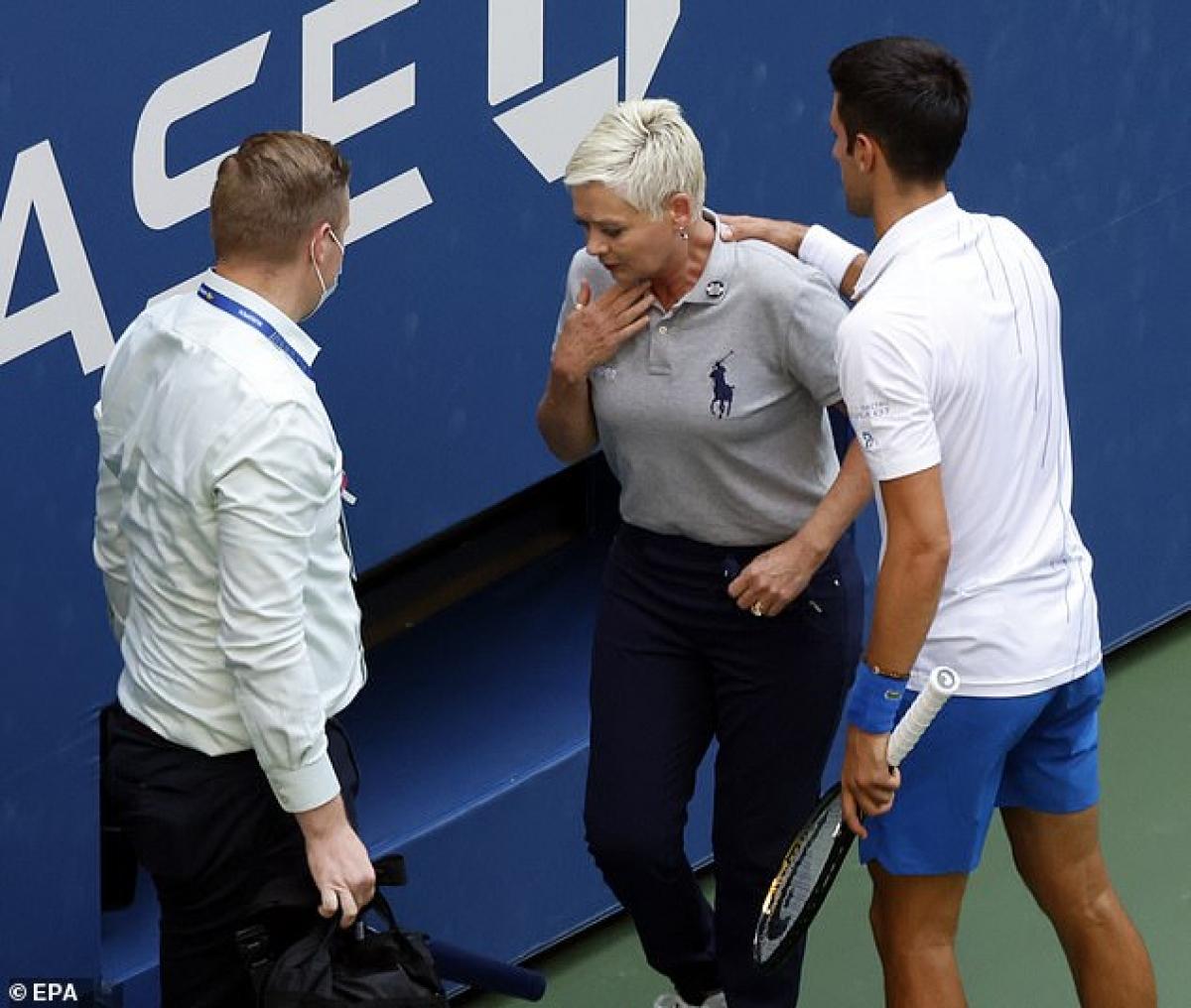 Đánh bóng trúng cổ trọng tài dây, Djokovic bị truất quyền thi đấu ở US Open (Ảnh: EPA).
