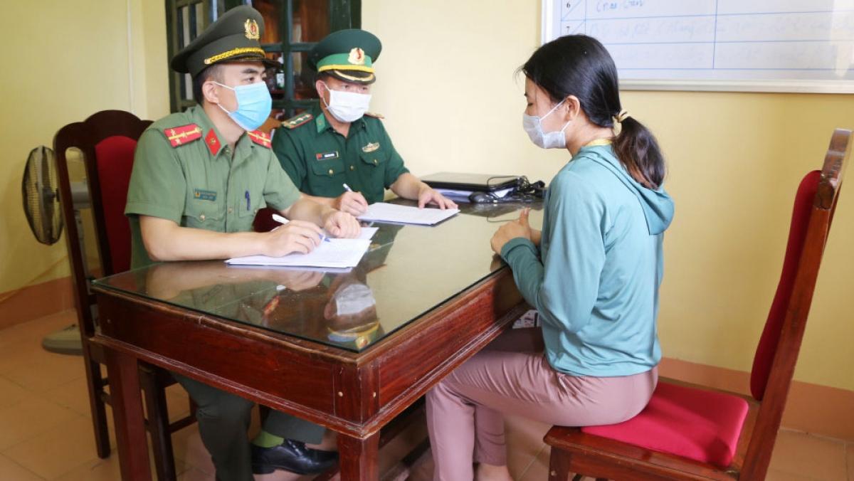 Lực lượng chức năng lấy lời khai của đối tượng Nguyễn Thị Mỹ Xoan (ảnh C.A)