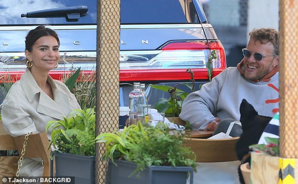 Emily Ratajkowski đi ăn trưa cùng ông xã Sebastian Bear-McClard ở New York vừa qua.
