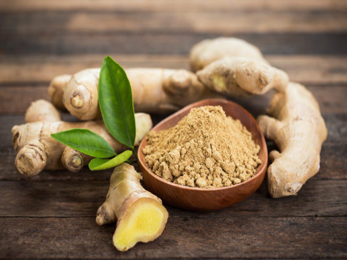 Gừng: Gừng chứa các thành phần kháng khuẩn và kháng virus giúp dạ dày tiêu hóa tốt hơn, từ đó giảm tình trạng nôn mửa và tiêu chảy.