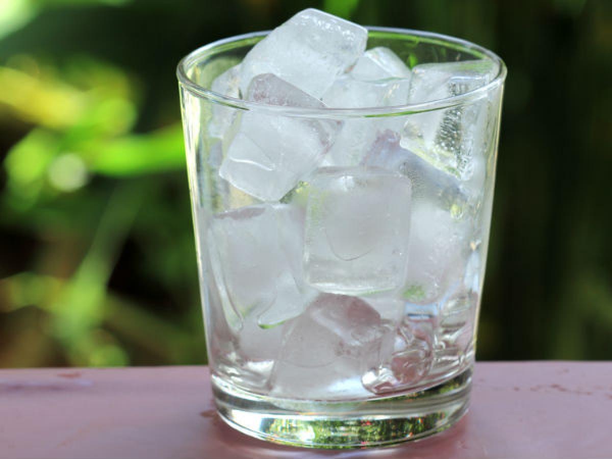 Đá viên: Khi cơn đau do cúm dạ dày trở nên khó kiểm soát, hãy ngậm một viên đá lạnh, bởi đá viên giúp cấp nước cho cơ thể mà không khiến dạ dày bị quá tải chất lỏng.