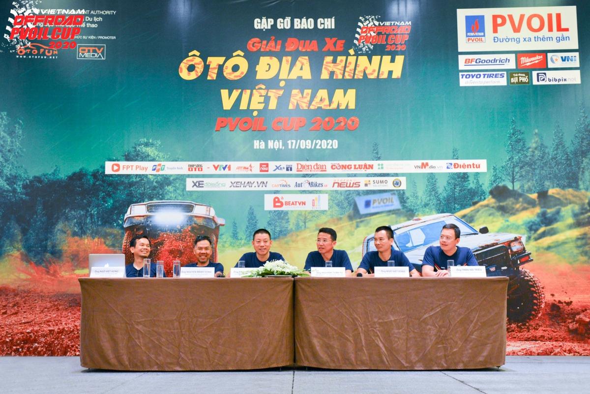 Ban tổ chức giải đáp những câu hỏi của phóng viên, vận động viên tham gia chương trình