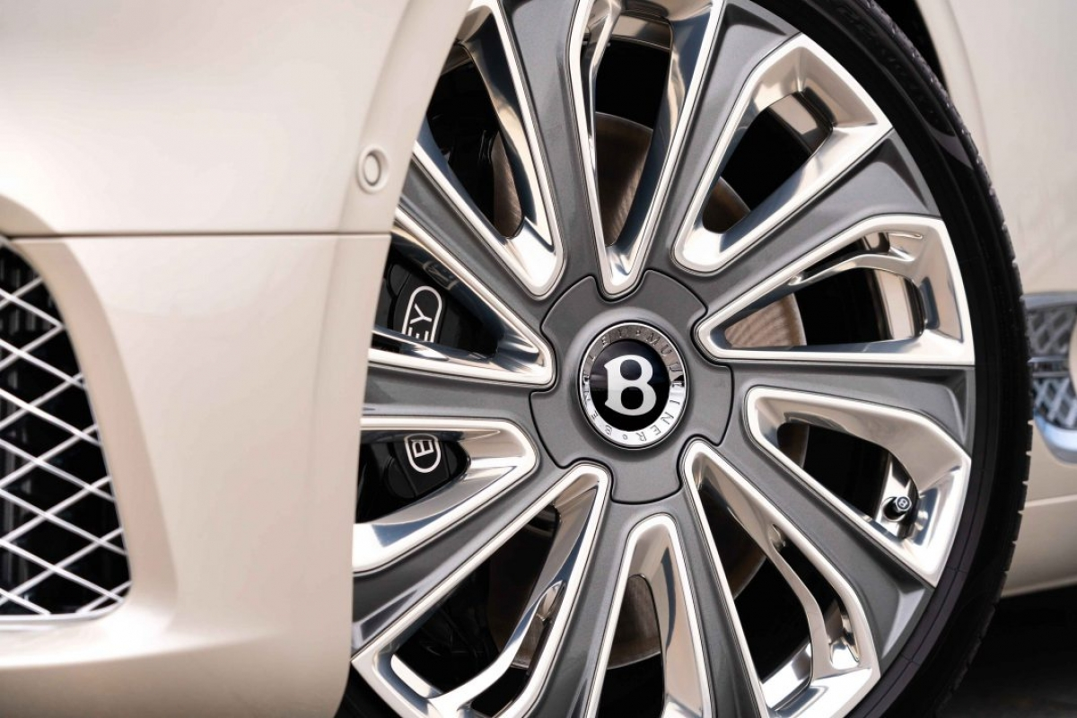Chiếc xe được trang bị bộ mâm đa chấu có kích thước lên tới 20 inch, kết hợp giữa việc sơn màu xám mờ ở giữa cũng như các viền mâm được hoàn thiện với màu crom sáng. Bộ mâm này cũng đã từng được trang bị trên phiên bản Continental GT Convertible Mulliner từng ra mắt cách đây không lâu.