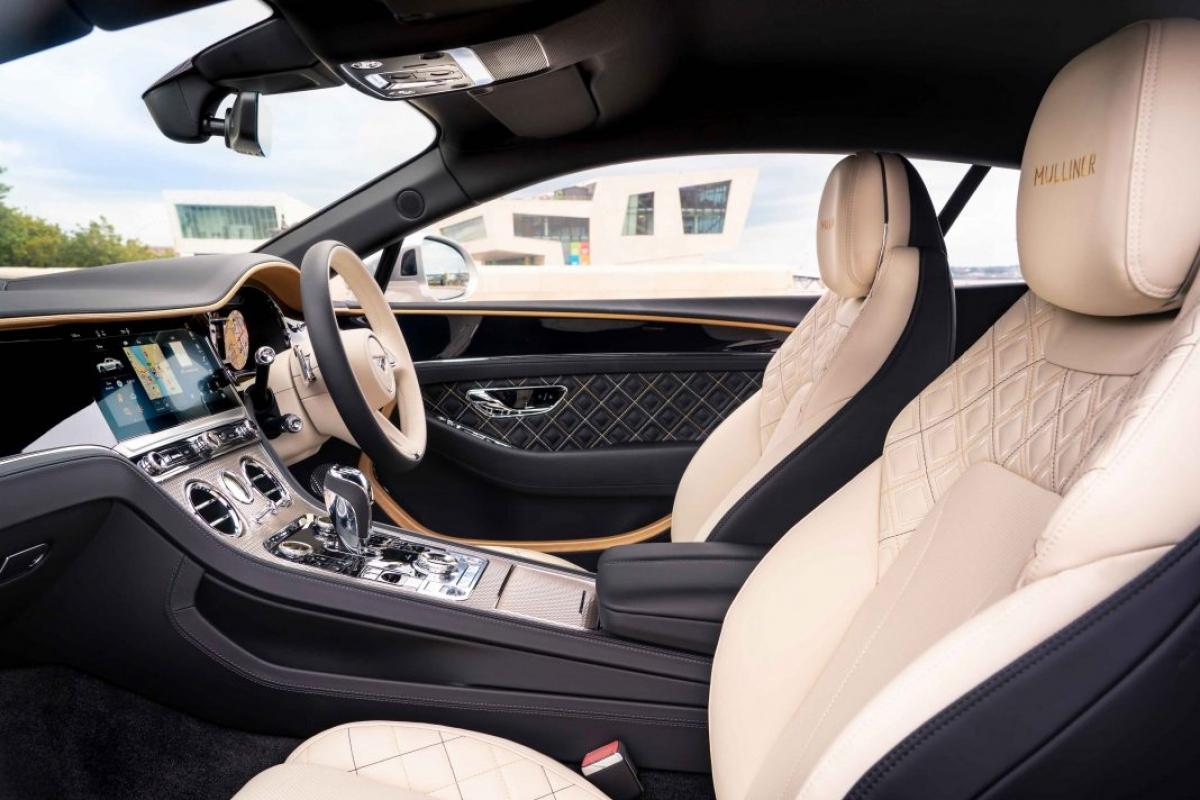 Khoang nội thất của Bentley Continental GT Mulliner được thiết kế nhằm thể hiện tối đa vẻ xa hoa, sang trọng của một chiếc xe siêu sang đến từ Anh Quốc. Đây cũng chính là thành quả của đội thiết kế cá nhân hóa cũng như tay nghề dày dặn kinh nghiệm của những người thợ thủ công của thương hiệu. Khoang nội thất này có thể phối hợp giữa hai màu da khác nhau cùng với những đường chỉ khác màu nhằm tạo điểm nhấn cho chiếc xe.