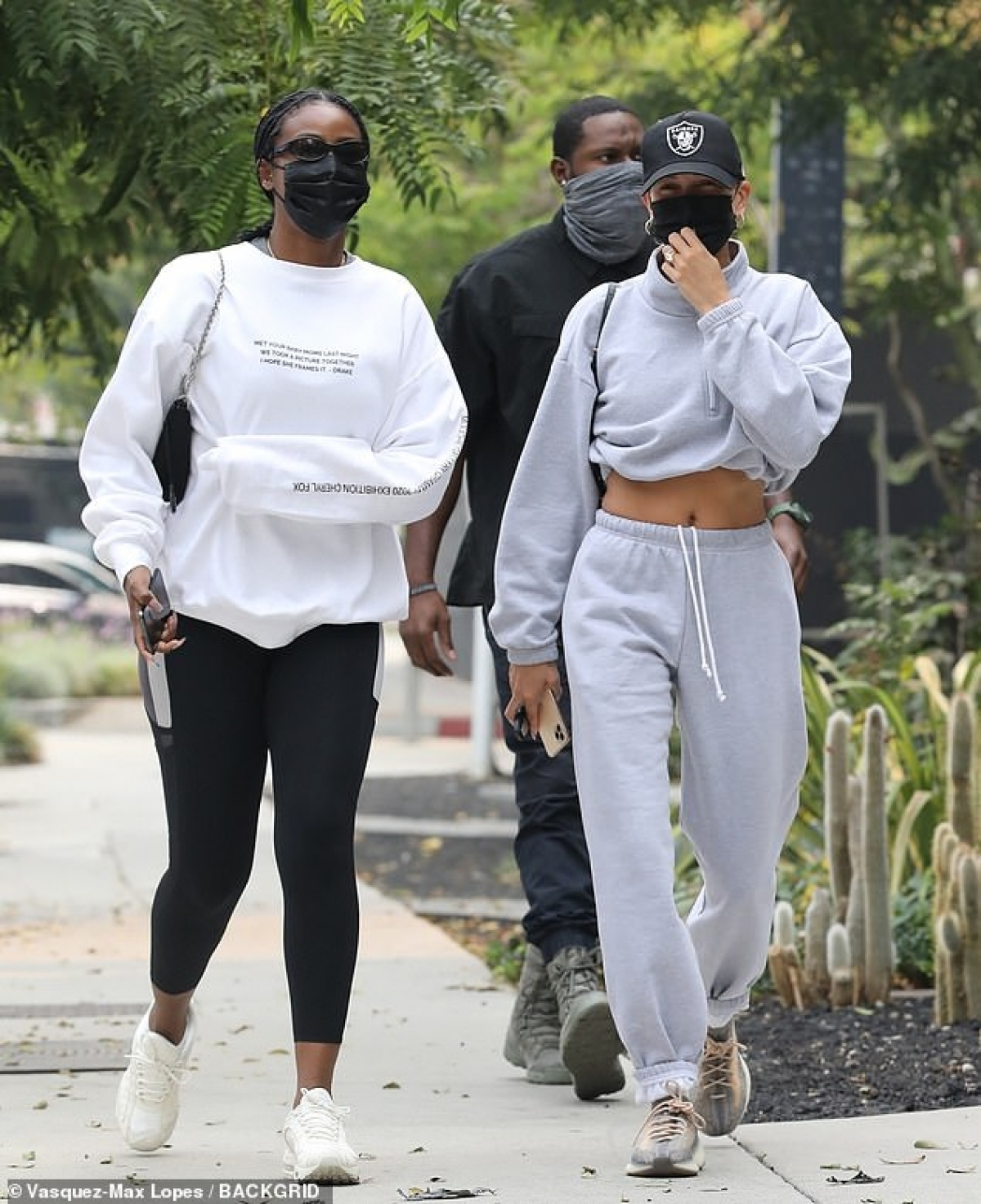 Hailey Baldwin vui vẻ đi ăn trưa cùng bạn thân Justine Skye ở West Hollywood ngày 12/9 vừa qua.