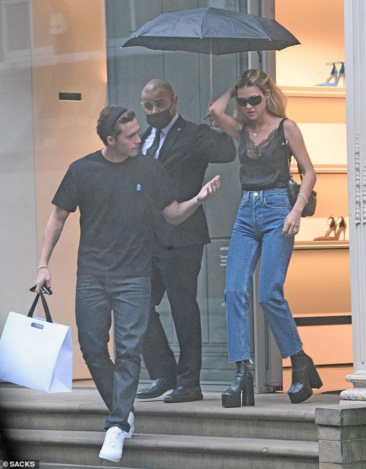 Bởi trước đó, Nicola Peltz đã bất ngờ chia sẻ hình ảnh Brooklyn Beckham đeo nhẫn vàng trên ngón tay áp út ở bàn tay trái của anh.
