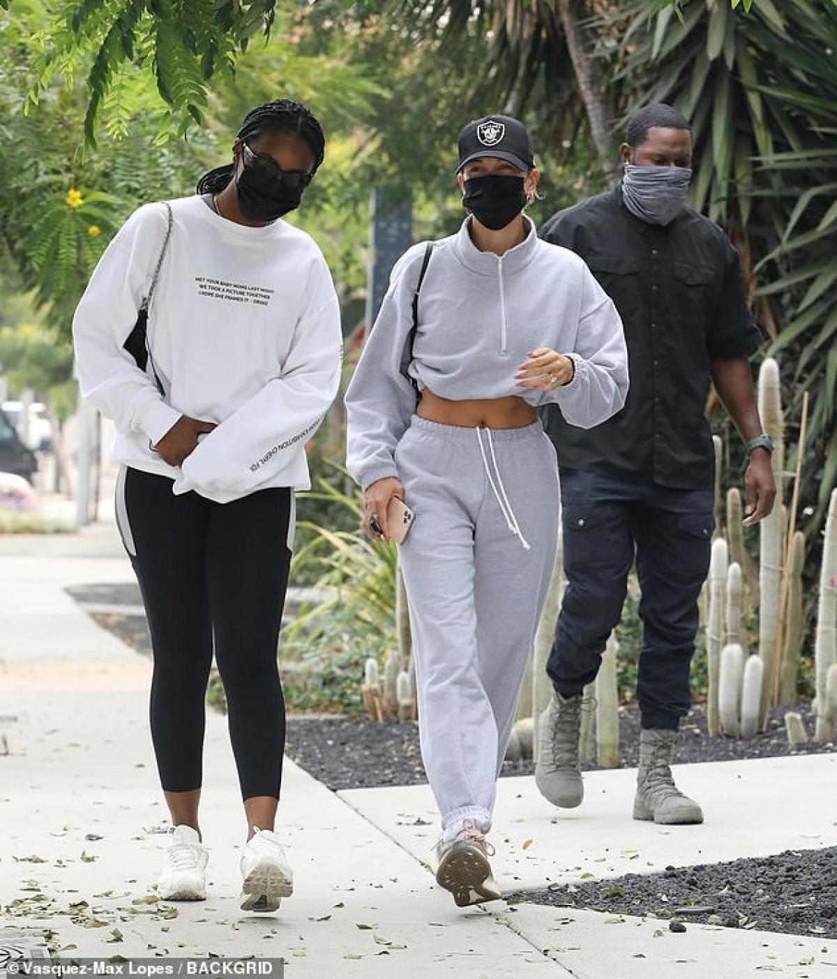 Suốt thời gian nghỉ dịch trước đó, vợ chồng Justin Bieber - Hailey Baldwin đã cùng nhau ghi hình phim tài liệu, cũng như giao lưu trực tuyến với người hâm mộ thông qua chương trình The Biebers on Watch.