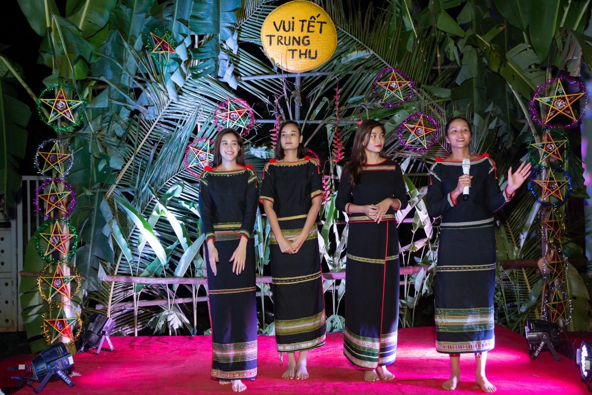 """Hoa hậu H'Hen Niê, Khánh Vân, Mâu Thuỷ, Lệ Hằng, Lê Thuý tham gia chương trình """"Vui Tết Trung thu"""" cùng các em nhỏ ở buôn làng."""