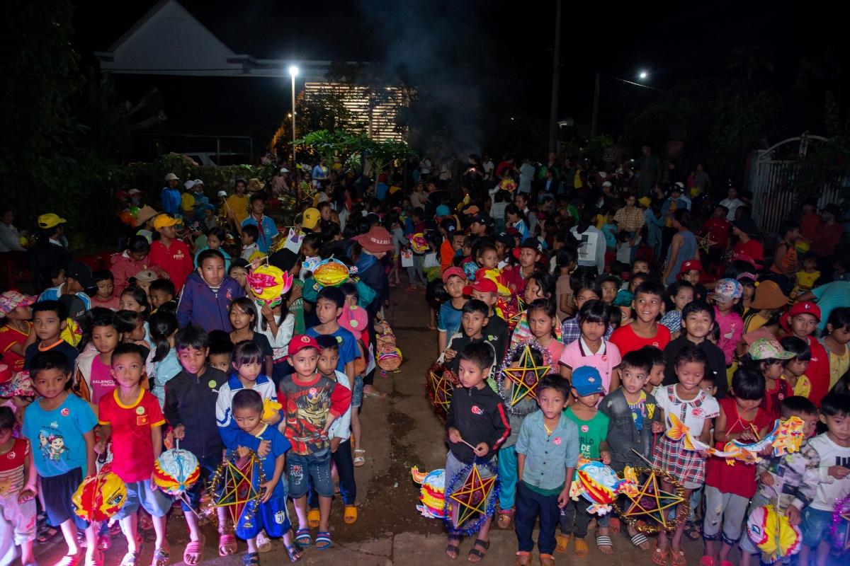 """Các em nhỏ tại buôn làng đã có một đêm""""Vui Tết Trung thu"""" ý nghĩa."""