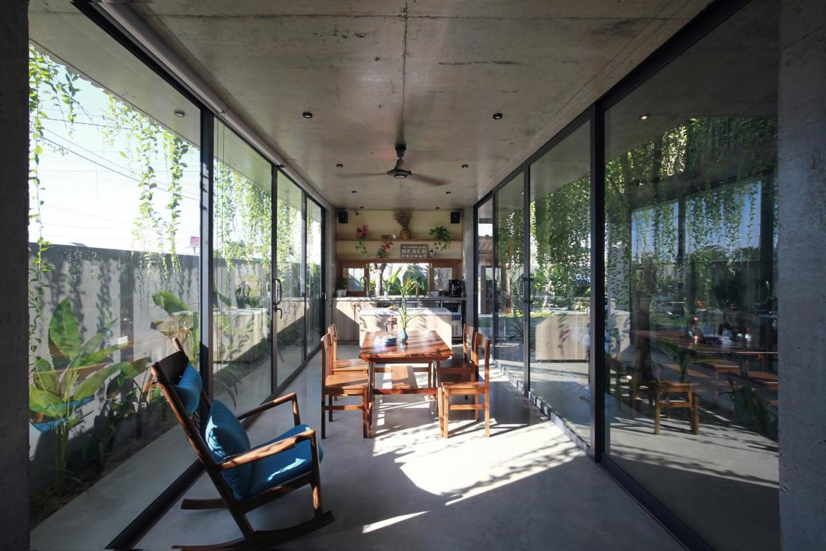 Phòng ăn và bếp nấu được bao bọc bởi những tấm kính lớn.