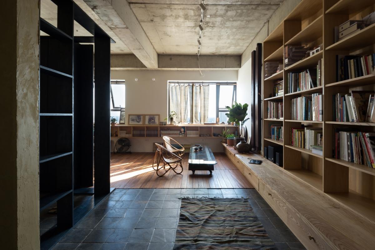 Ngoài lối đi, sàn gỗ được ốp thêm ở những khu vực sống để mang đến cảm giác tươi mới cho căn hộ cũ.