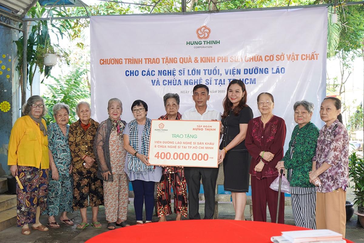 Ông Nguyễn Công Tâm - Trợ lý Ban TGĐ - Đại diện Tập đoàn Hưng Thịnh trao tài trợ cho Viện dưỡng lão nghệ sĩ và Chùa Nghệ sĩ tại TP.HCM.