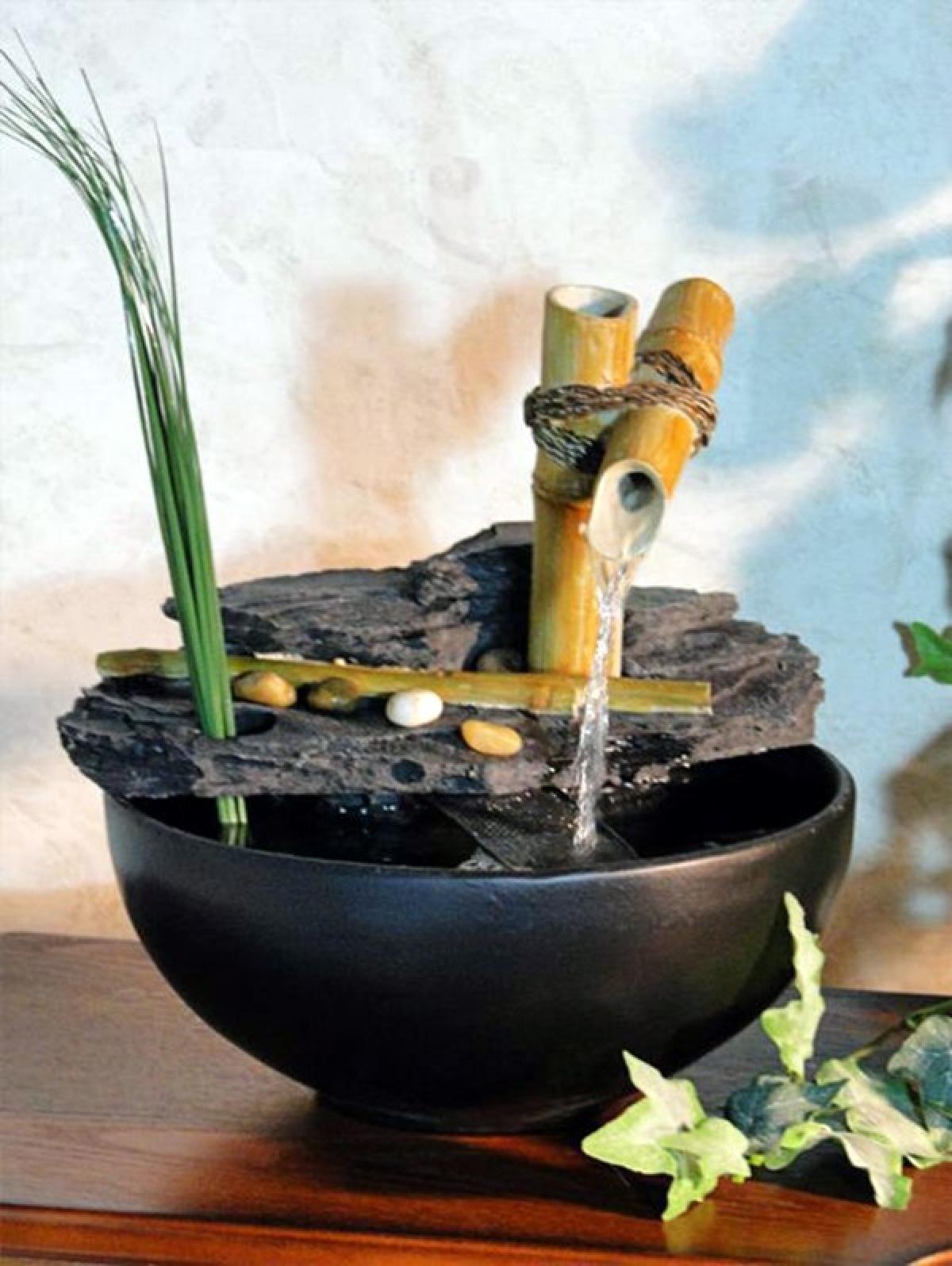 Dùng ống tre để dẫn nước không phải là ý tưởng mới, nhưng sử dụng nó để trang trí trong nhà thì rất ít người có thể nghĩ ra.