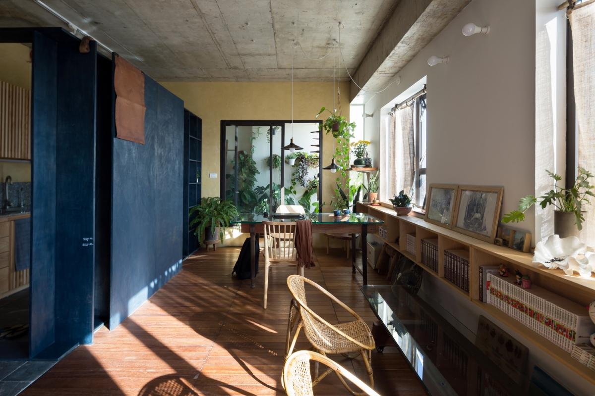 Kệ sách sắp xếp bên dưới cửa sổ nhằm hạn chế việc cản đường đi của ánh sáng.