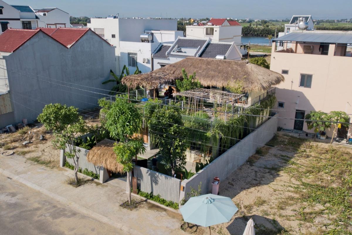 Kiểu mái thái lợp bằng cỏ tranh, một trong những loại cỏ rất phổ biến tại các vùng ven biển nước ta.