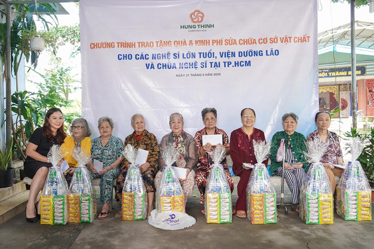 Chia sẻ với các nghệ sĩ lão thành, Bà Huỳnh Thị Xuân Hiếu thăm hỏi và trao quà của Tập đoàn Hưng Thịnh gửi tặng các nghệ sĩ tại Viện dưỡng lão nghệ sĩ,
