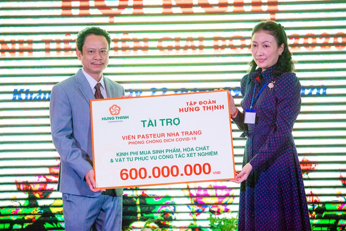 Bà Trần Thượng Thu Giang - Phó Tổng Giám đốc Tập đoàn Hưng Thịnh trao tặng kinh phí tài trợ cho TS. BS Đỗ Thái Hùng - Viện trưởng Viện Pasteur Nha Trang.