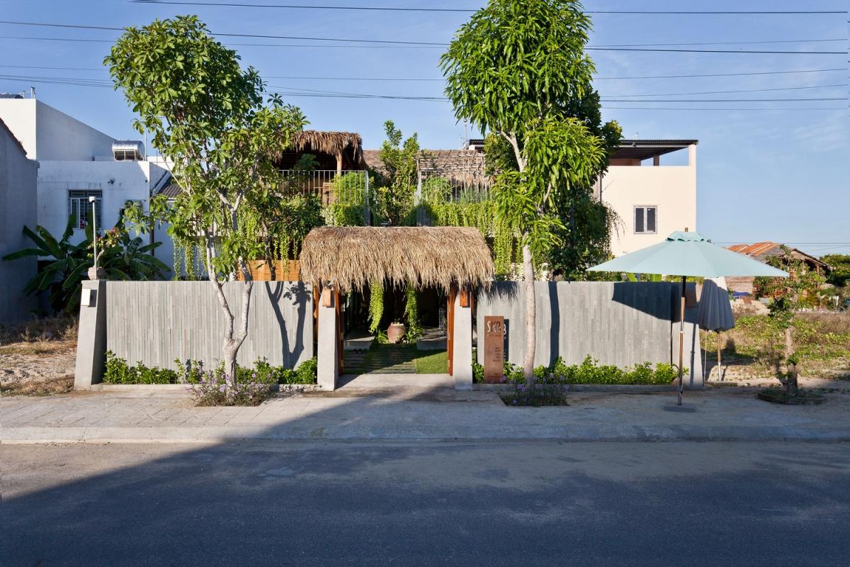 Ví trí cửa cổng đặt ở trung tâm nhà có hai cây ăn quả đặt đăng đối ở hai bên.