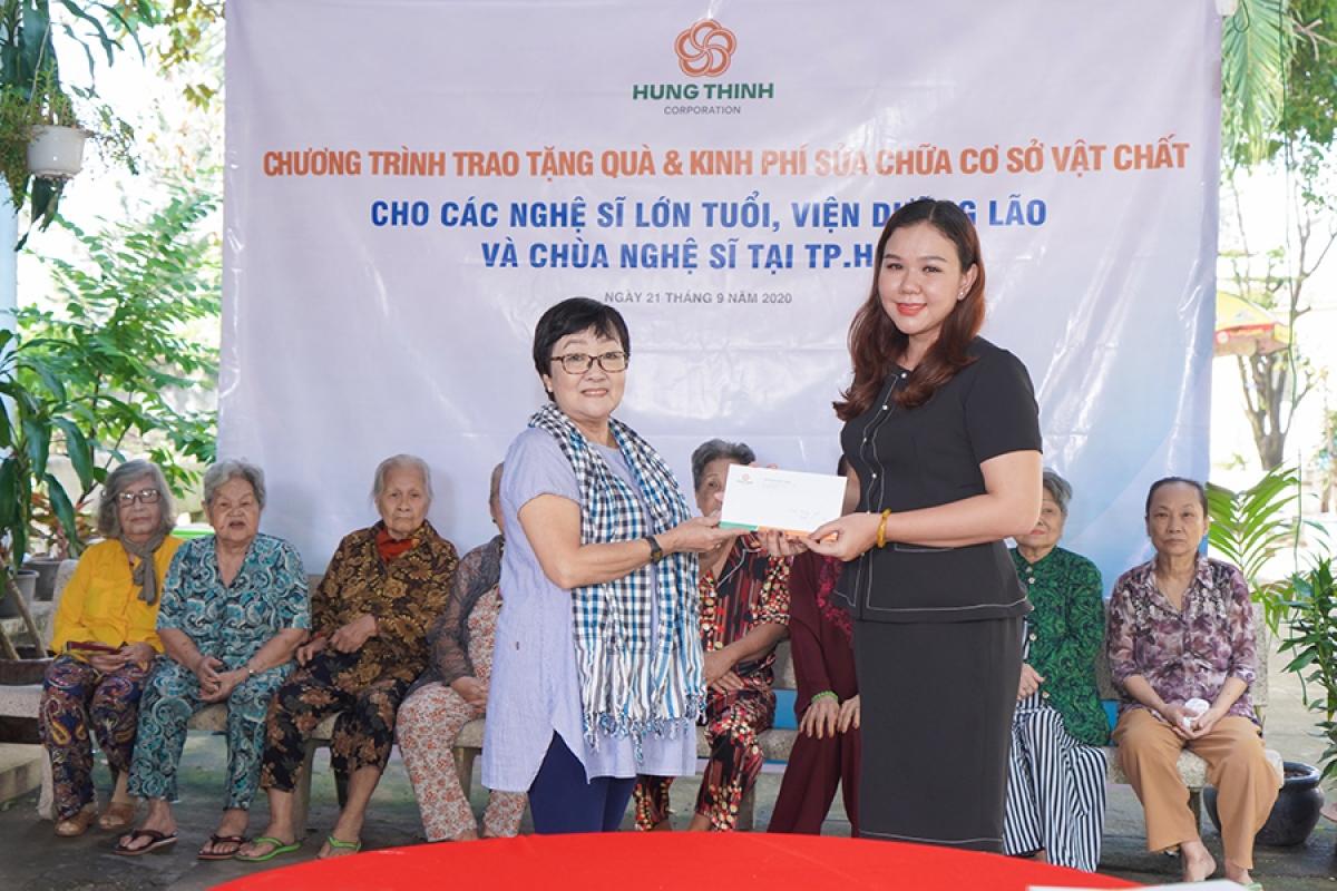 Bà Huỳnh Thị Xuân Hiếu trao hỗ trợ 20 triệu đồng tiền mặt của Tập đoàn Hưng Thịnh cho Viện dưỡng lão nghệ sĩ.