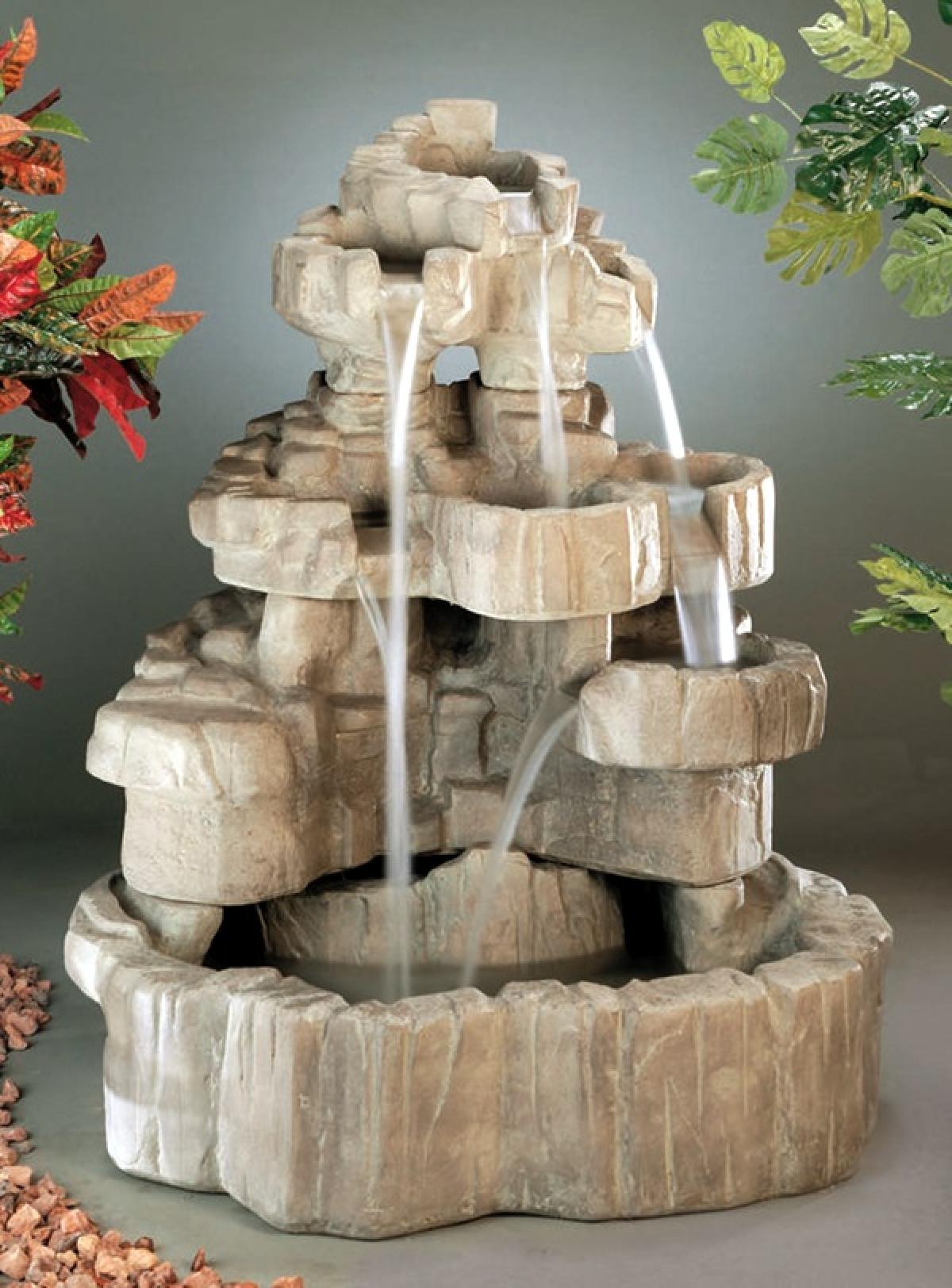 Các khối đa tự nhiên sắp xếp khéo léo để tạo thành thác nước độc đáo ngay trong nhà.