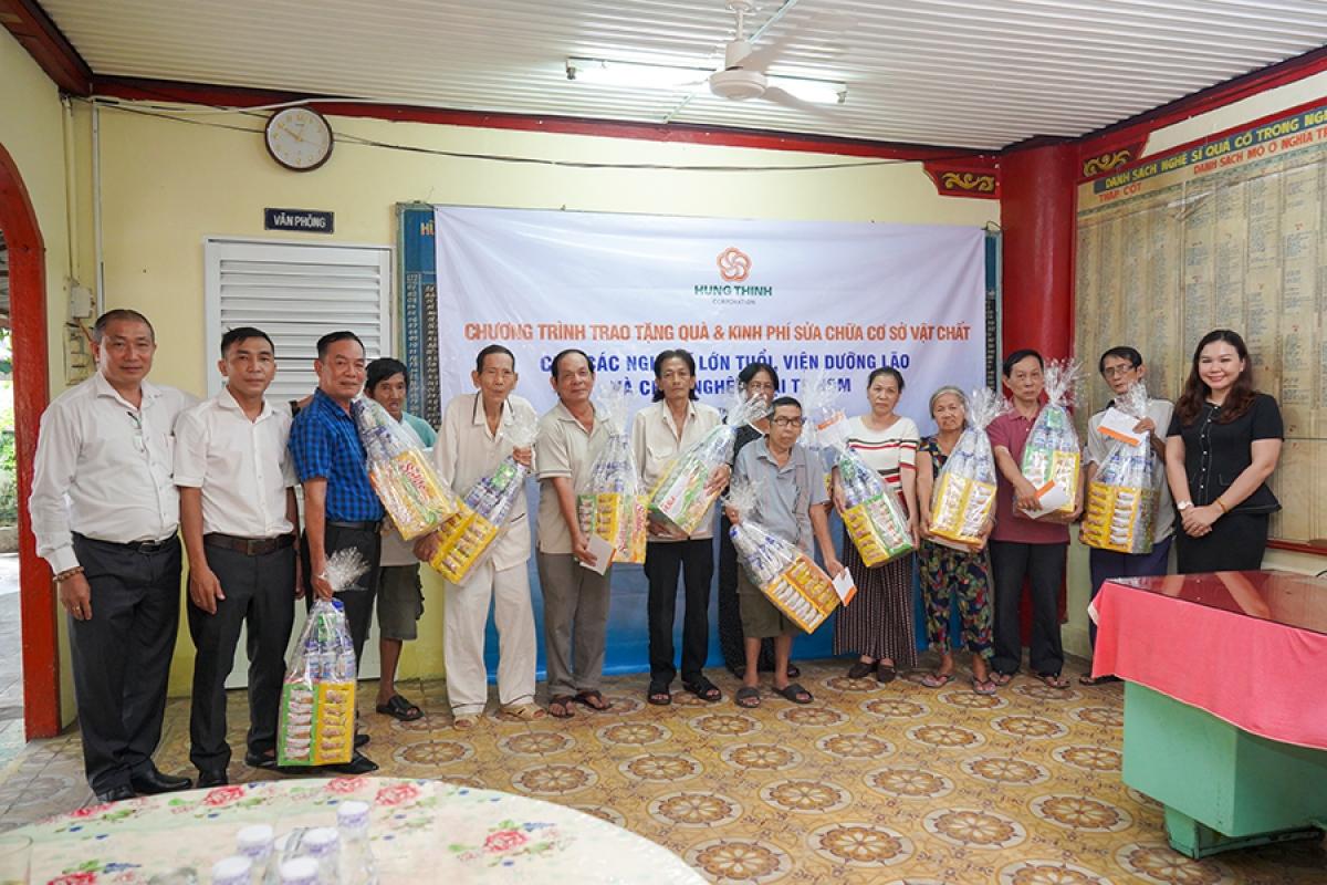 Đại diện Tập đoàn Hưng Thịnh trao quà cho các nghệ sĩ lão thành tại Chùa Nghệ sĩ.