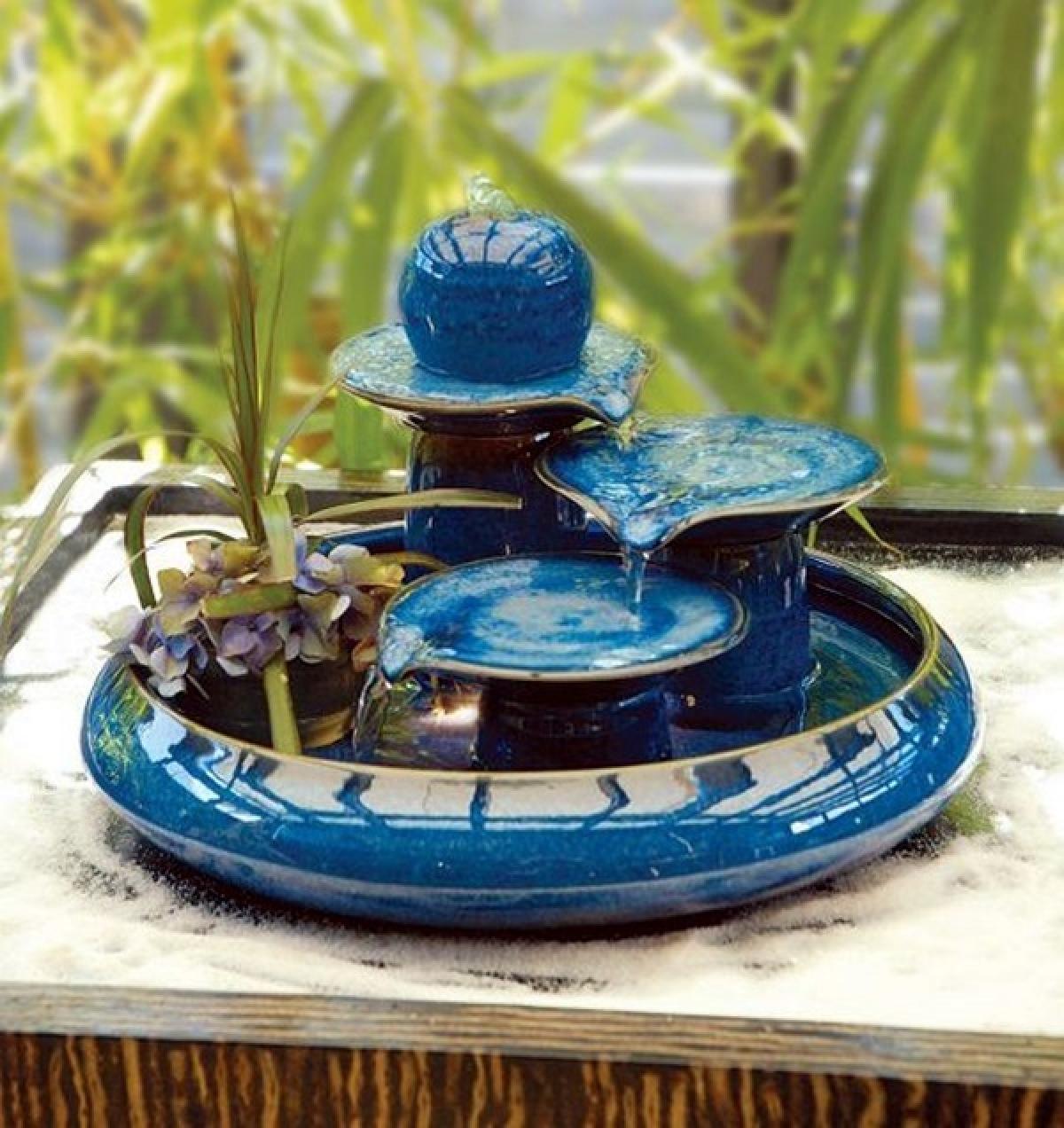 Màu xanh ngọc của khối chậu hòa cùng màu nước tạo thành vật trang trí tuyệt đẹp.