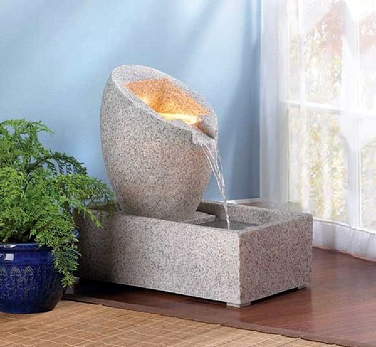 Đá được gọt đẽo tỉ mỉ thành đường cong để tạo thành đài phun nước xinh xắn.