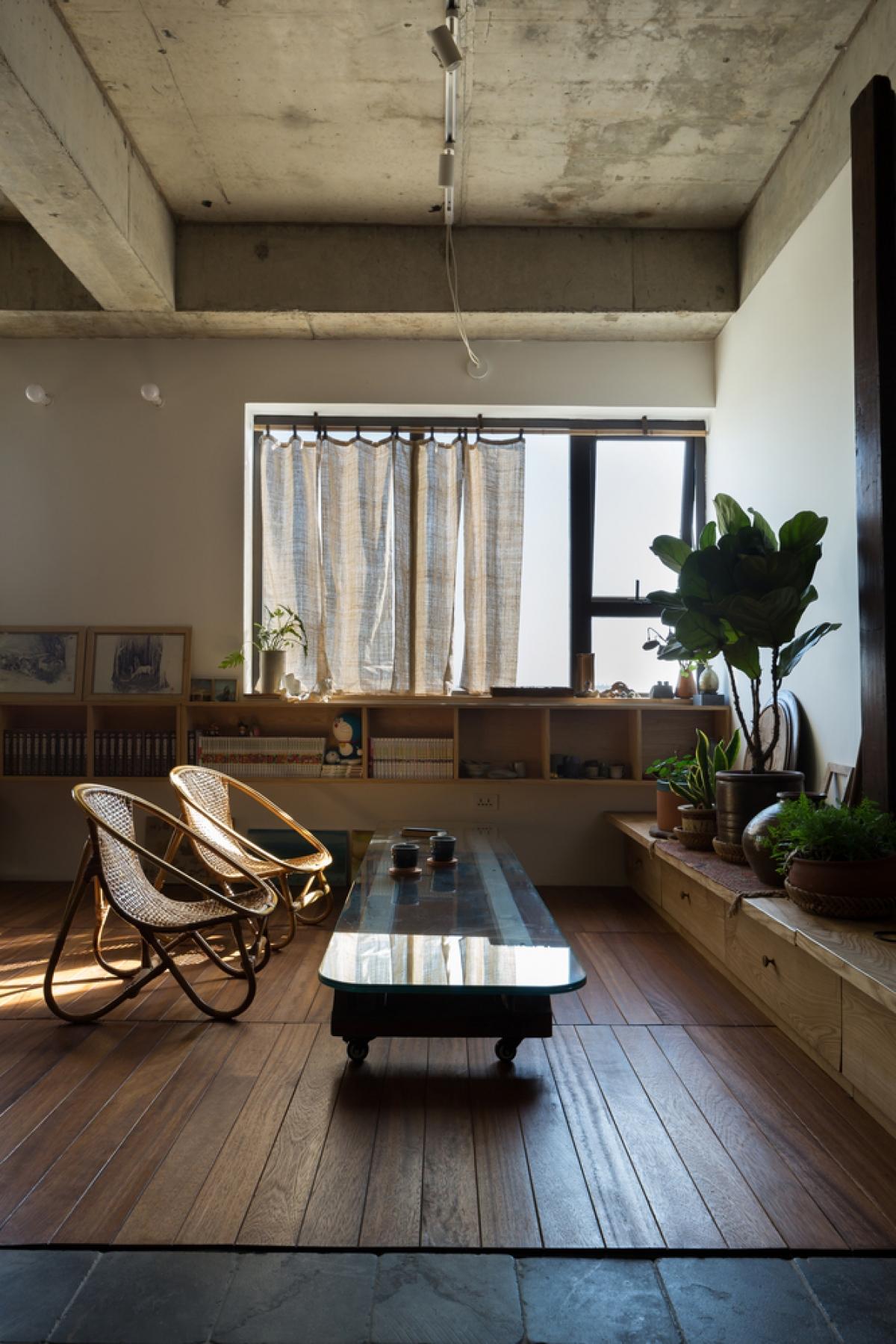 Bàn thấp để khách có thể lựa chọn giữa ngồi trên sàn nhà hoặc ngồi ghế mây.