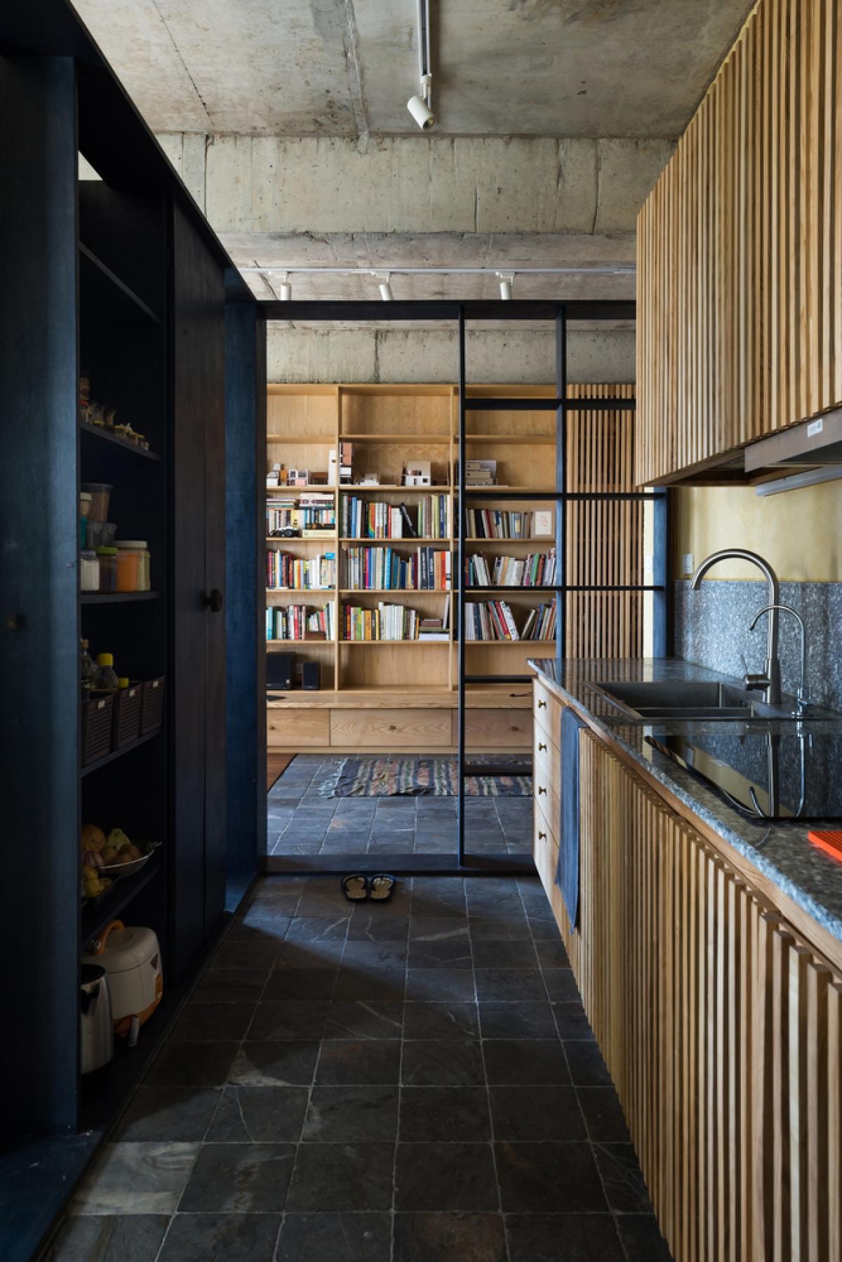 Mặt và sàn nhà bếp ốp đá tiện cho việc làm sạch.