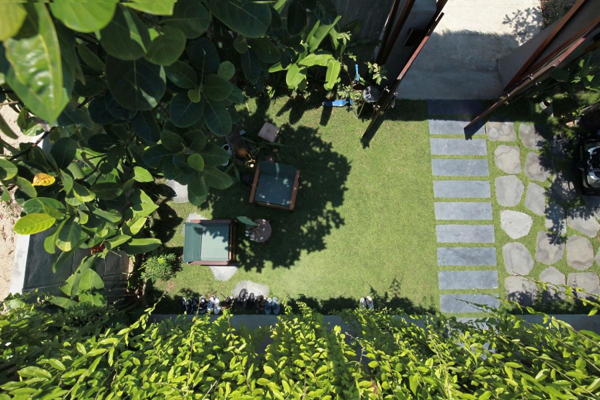Nhìn từ trên cao, nhà phủ một màu xanh ngắt trông như khu vườn nhiệt đới.