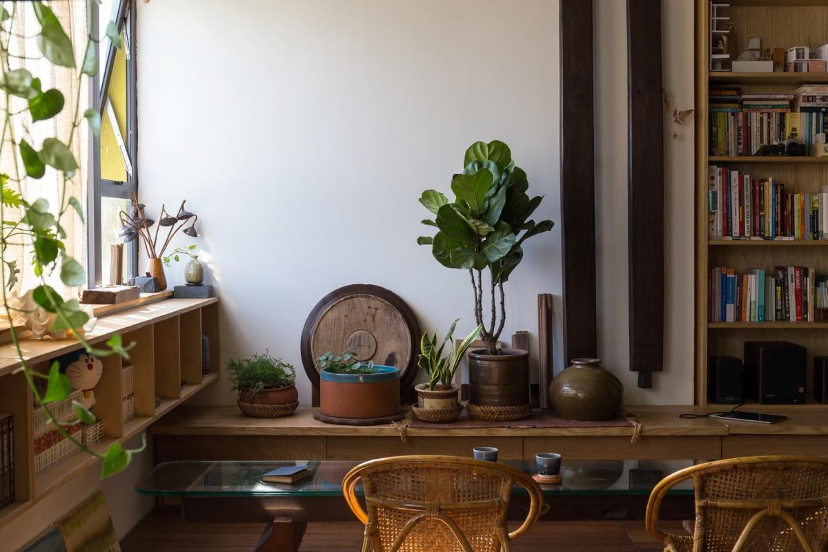 Tận dụng những hình dạng khác nhau để làm chậu cây, chủ nhân căn hộ đã cho thấy khả năng sáng tạo tài tình chỉ với những đồ vật đơn giản nhất.