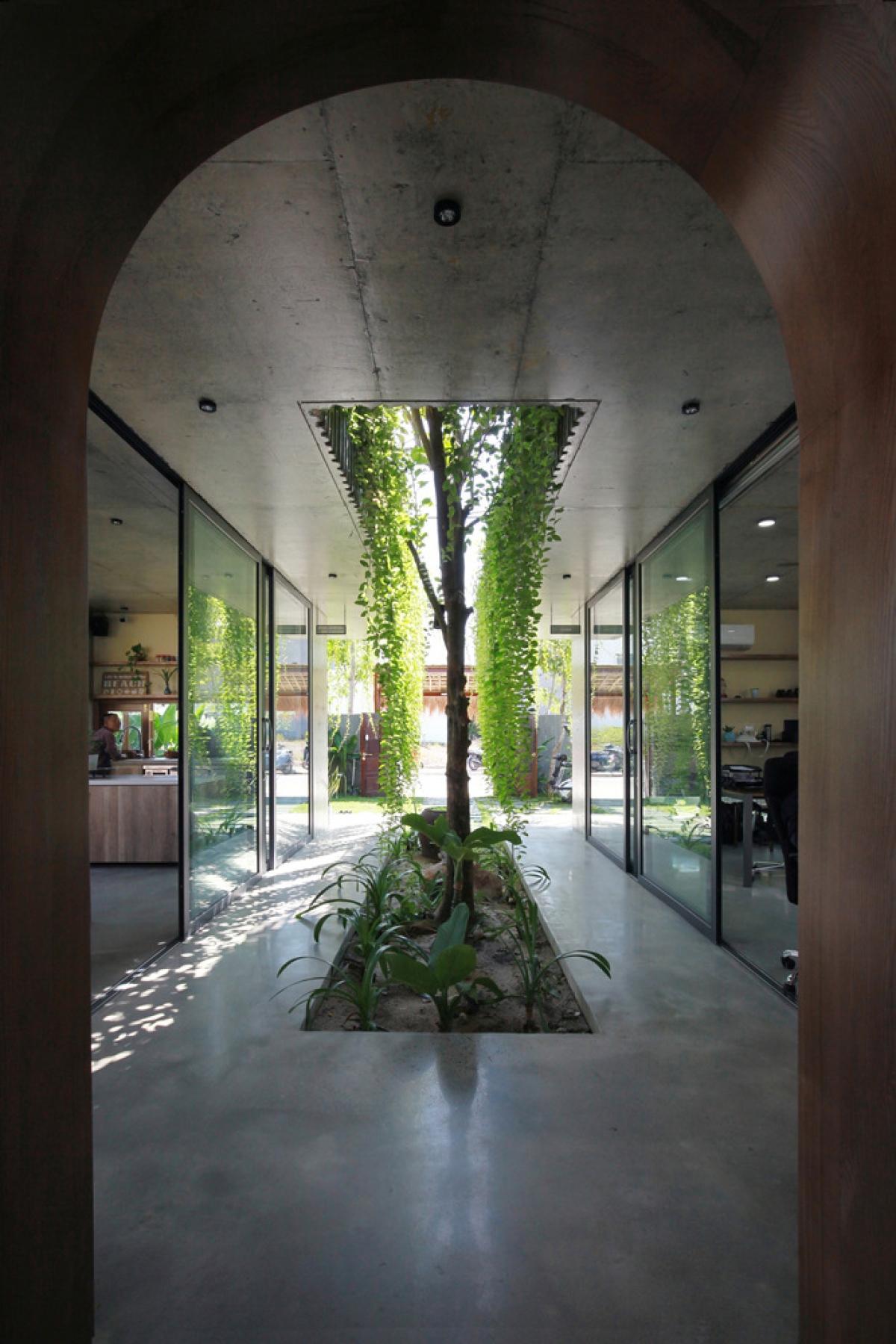 Khu vực bên trong được phân tách thành 3 khối chính gồm văn phòng, phòng khách và nơi nghỉ ngơi.