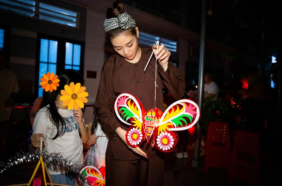 Ngay từ sớm, Hoa hậu Khánh Vân cùng ê kíp di chuyển đến ngôi nhà OBV để phụ giúp mọi người trang trí, chuẩn bị chương trình. Gia đình Khánh Vân cũng có mặt cùng con gái.