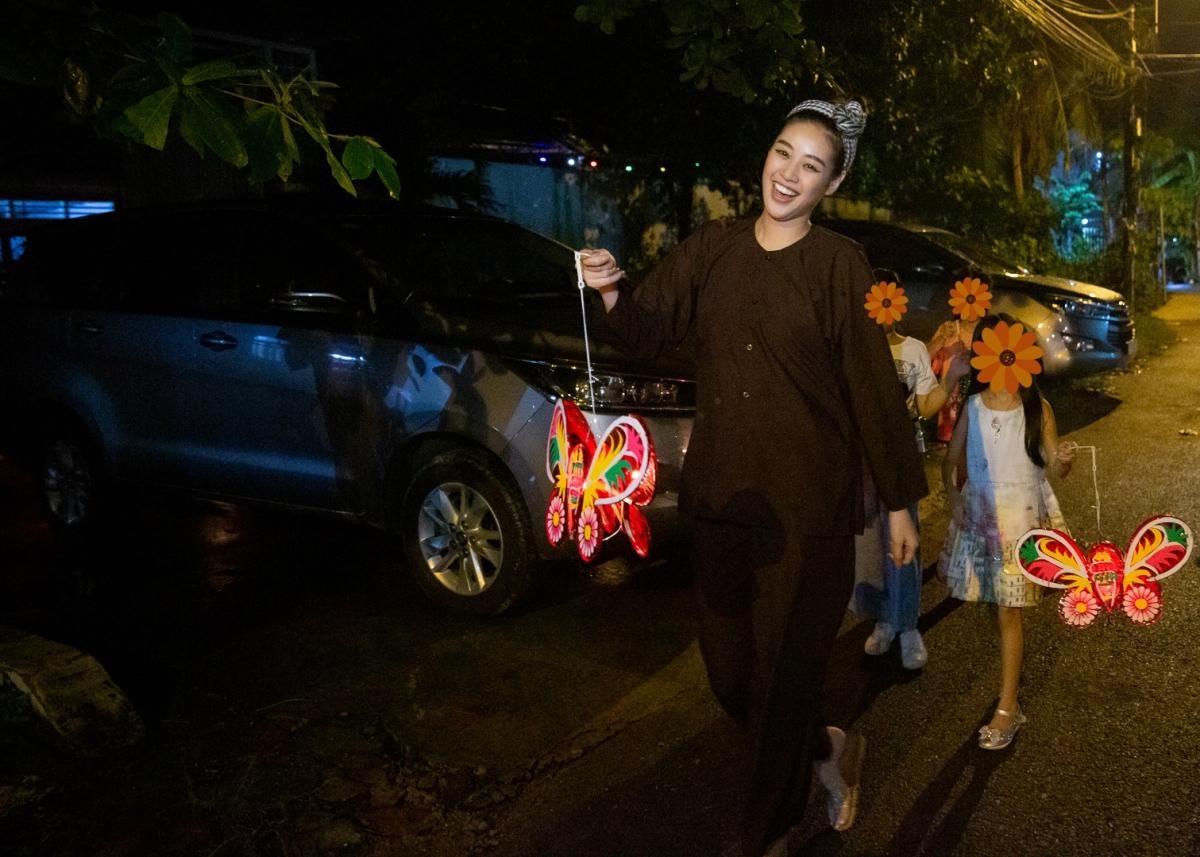 """Đúng 17 giờ, chương trình văn nghệ được diễn ra với các tiết mục """"cây nhà lá vườn"""" do chính các em trong ngôi nhà OBV dàn dựng. Hoa hậu Khánh Vân nhiệt tình hòa giọng cùng các em, say sưa ca hát nhảy múa, mang lại không khí vui nhộn cho mọi người."""