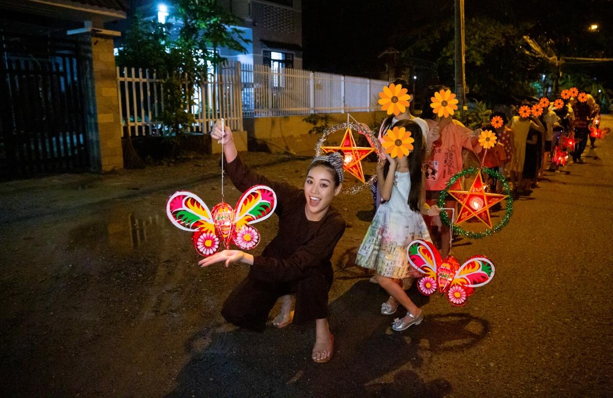 Thay mặt cho đoàn, Hoa hậu Khánh Vân gửi các em những phần quà nhỏ, gồm lồng đèn, bánh trung thu, trang phục tập võ, sách… do các đơn vị mạnh thường quân ủng hộ.
