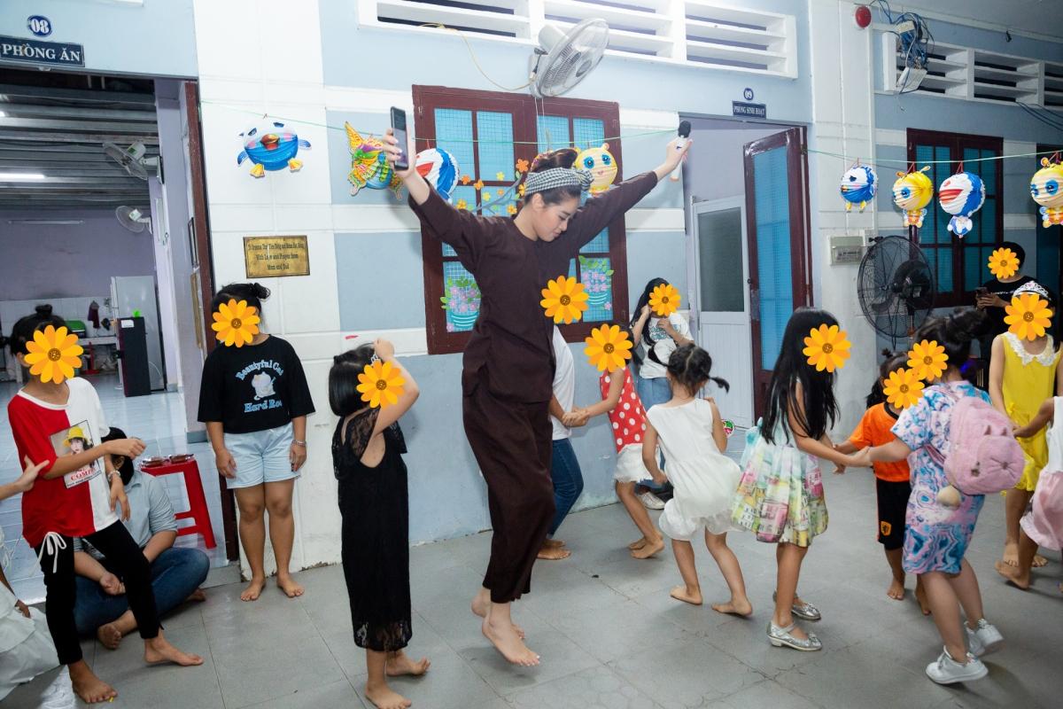 Điều kiện thời tiết thuận lợi giúp cả đoàn có một đêm rước đèn trọn vẹn. Hoa hậu Khánh Vân không kiềm được cảm xúc, bật khóc khi nghe chị Yên Thảo – CEO OBV Vietnam chia sẻ kết thúc chương trình và thay mặt các em đang sống ở đây gửi lời cảm ơn Khánh Vân cùng đoàn.