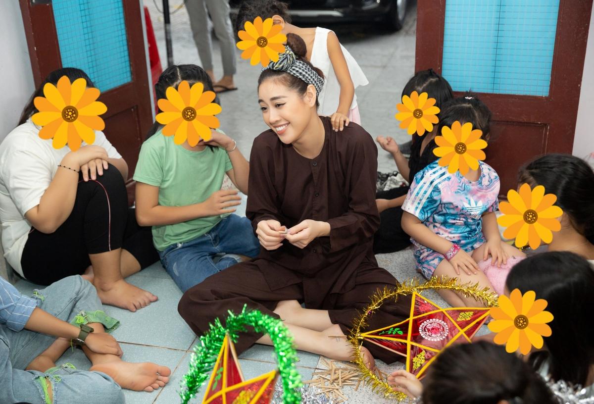 Nhân dịp Trung thu, Hoa hậu Khánh Vân đóng vai chú cuội, đến thăm và tổ chức rước đèn trung thu cùng các em gái tại ngôi nhà OBV (One Body Village).